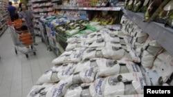 Gula putih di sebuah supermarket di Jakarta, 12 Maret 2014 (Foto: dok).
