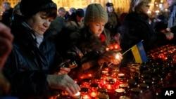 Ukrajinci pale sveće za žrtve protesta u Kijevu