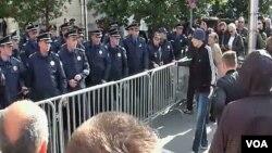 Demonstranti i policija u Podgorici razdvojeni zaštitnom ogradom