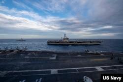 中国高速发展后姿态渐高,引发美国警惕。图为美军罗斯福号航母(USS Theodore Roosevelt) 与尼米兹号(USS Nimitz)航母2021年2月9日在南中国海举行双航母联演(美国海军照片)