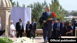 Qozog'iston Prezidenti Nursulton Nazarboyev Samarqandda Islom Karimov qabrini ziyorat qilmoqda, 12-sentabr, 2016-yil.
