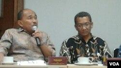 Wakil Ketum Kadin Indonesia, Natsir Mansyur (kiri) dan Zudaldi Rafdi dari SKK Migas dalam disuksi Kadin Indonesia dengan pemerintah terkait kebutuhan gas untuk kegiatan smelter di Jakarta, Rabu, 11 Juni 2014 (Foto: VOA/Iris Gera)