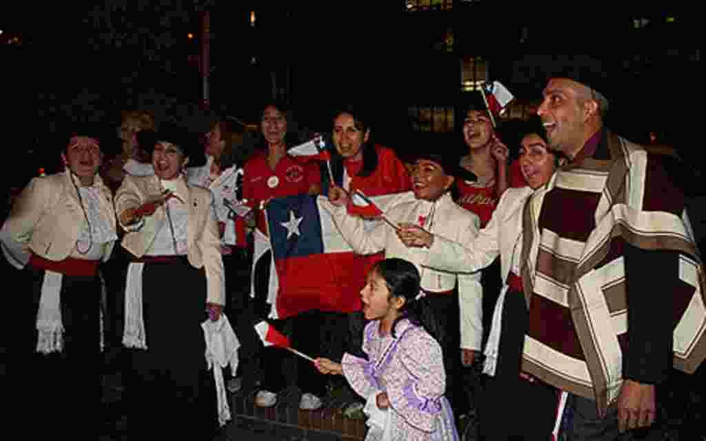 Los niños también se hicieron presente al lugar quienes acompañados de sus padres festejaban el exitoso rescate de los 33 mineros en Chile.
