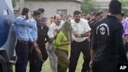 Cảnh sát Pakistan đưa bé gái bị truy tố tội phỉ báng Hồi giáo từ nhà tù ở Rawalpindi ra một máy bay trực thăng, ngày 8/9/2012.