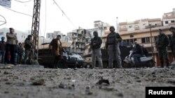 Dân chúng và binh sĩ Li-băng xem xét những thiệt hại sau các vụ đụng độ giữa người Hồi giáo Sunni và người Hồi giáo Alawite trong thành phố Tripoli của Li-băng