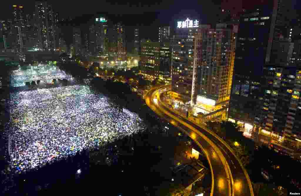 4일 홍콩에서 중국 텐안먼 민주화 운동 24주년 추모 촛불집회가 열린 가운데, 15만여 시민이 홍콩 빅토리아 공원에 운집했다.