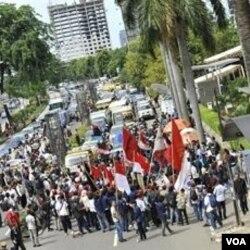 Demonstrasi anti korupsi di depan kantor KPK (9 Desember 2010). Korupsi di Indonesia masih menjadi keprihatinan sejumlah LSM anti korupsi.
