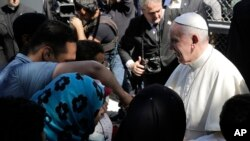 그리스 난민촌을 방문한 교황