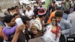 Seorang pendukung kepala suku Sheik Sadeq al-Ahmar dibawa ke rumah sakit setelah terluka dalam bentrokan di Sana'a (1/6).