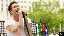 """ນັກຮ້ອງນຳຂອງວົງ Maroon 5 - Adam Levine ສະແດງ ສົດໃນລາຍການ """"Today"""" show ຂອງຕາໜ່າງ NBC ໃນວັນສຸກ, 29 ມິຖຸນາ, 2012 ໃນນະຄອນ New York. (ພາບຈາກ Charles Sykes/Invision/AP)"""