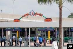 """Para pengunjung memasuki """"Magic Kingdom"""" salah satu taman hiburan Walt Disney World saat pembukaan kembali di Lake Buena Vista, Florida, 11 Juli 2020."""