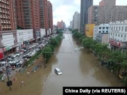 河南省鄭州市暴雨後滿是洪水的街道。 (2021年7月21日)