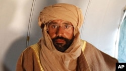 赛义夫.卡扎菲11月19日坐在津坦的一架飞机里