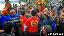 Nhóm thanh niên mặc áo đỏ ngăn cản người dân tới đặt hoa trước tượng đài Lý Thái Tổ để tưởng niệm 27 năm trận hải chiến Gạc Ma.