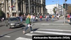 Taksisti ispred zgrade Vlade u Nemanjinoj ulici u blokadi, Foto: VOA