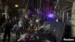 黎巴嫩贝鲁特的居民在查看被两枚爆炸物炸毁的地方 (2015年11月12日)