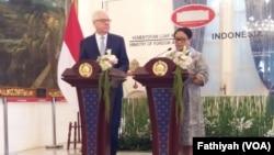 Menteri Luar Negeri Retno Marsudi dan Menteri Luar Negeri Polandia Jacek Czaputowicz, jumpa pers usai menggelar pertemuan bilateral di Kemenlu, Jakarta, Senin (26/11). (Foto: VOA/Fathiyah)
