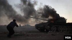 Sebuah tank pemerintah Libya terkena tembakan serangan udara NATO (10/4).
