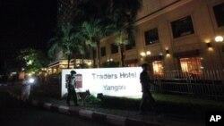 ေပါက္ကဲြမႈျဖစ္ခဲ့သည့္ Traders Hotel ေရွ႕မွာ လံုၿခံဳေရးကင္းေစာင့္ေနၾကေသာ ရဲတပ္ဖဲြ႔ဝင္မ်ားကို ေတြ႔ရစဥ္။ (ေအာက္တိုဘာ ၁၅၊ ၂၀၁၃)