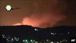 Asap membumbung di Damaskus, Suriah pasca serangan udara Israel hari Minggu dinihari (5/5).