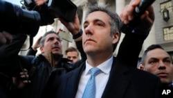 Michael Cohen bước ra khỏi tòa án liên bang, ngày 29 tháng 11, 2018 ở New York.