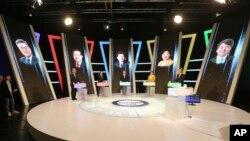 Les candidats à la présidentielle sud-coréenne avant un débat télévisé: Moon Jae-In , Hong Joon-Pyo, Yoo Seong-Min, Sim Sang-Jung et Ahn Cheol-Soo , Seoul, Corée du Sud, le 2 mai 2017. (AP Photo/Ahn Young-joon. Pool)
