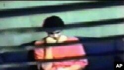 Omar Khadr, terlihat dari video pengintaian Departemen Pertahanan AS bertanggal 15 Juli 2008 ini, berada di ruang interogasi di penjara Pangkalan Angkatan Laut Guatanamo A.S saat ditanyai oleh anggota Dinas Intelijen Keamanan Kanada. (Foto: dok).