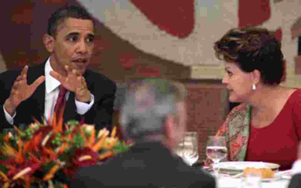 Obama conversa con Dilma Rousseff durante el almuerzo, a horas después de la llegada del mandatario estadounidense a Brasil.