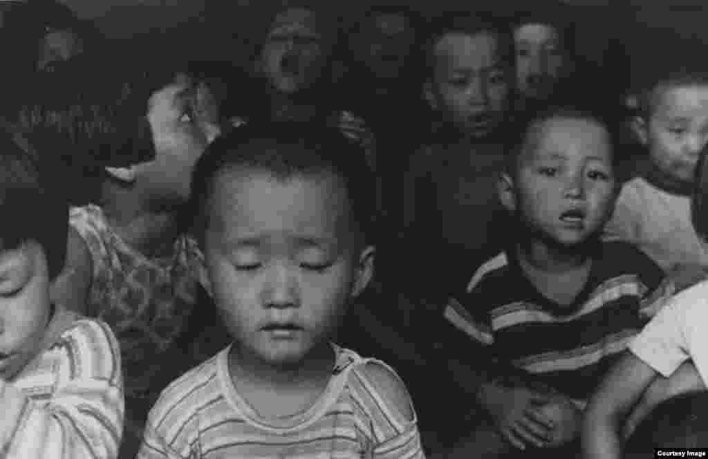 Koreya. 1958-yil. Amerikalik suratkash, fotojurnalist Doroteya Lang Buyuk tushkunlik davrini mohirona tasvirga tushirgan. U hujjatli fotografiya rivojiga qo'shgan hissasi bilan tanilgan.