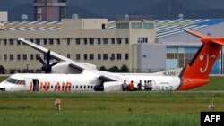 Le fuselage d'un Bombardier Q400 après avoir dérapé à l'aéroport de Gimhae, dans la banlieue de Busan, 12 août 2007.