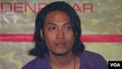 Gede Robi Supriyanto dari band rock asal Bali Navicula yang giat mengkampanyekan penyelamatan orangutan. (Foto: VOA/Muliarta)