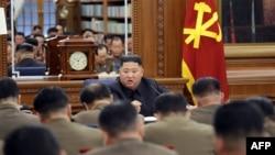 Dalam foto yang dirilis kantor berita resmi Korea Utara, Korean Central News Agency, tampak Pemimpin Korea utara Kim Jong Un (tengah atas) menghadiri rapat Komisi Militer Pusat Partai Pekerja Korea, 22 Desember 2019.