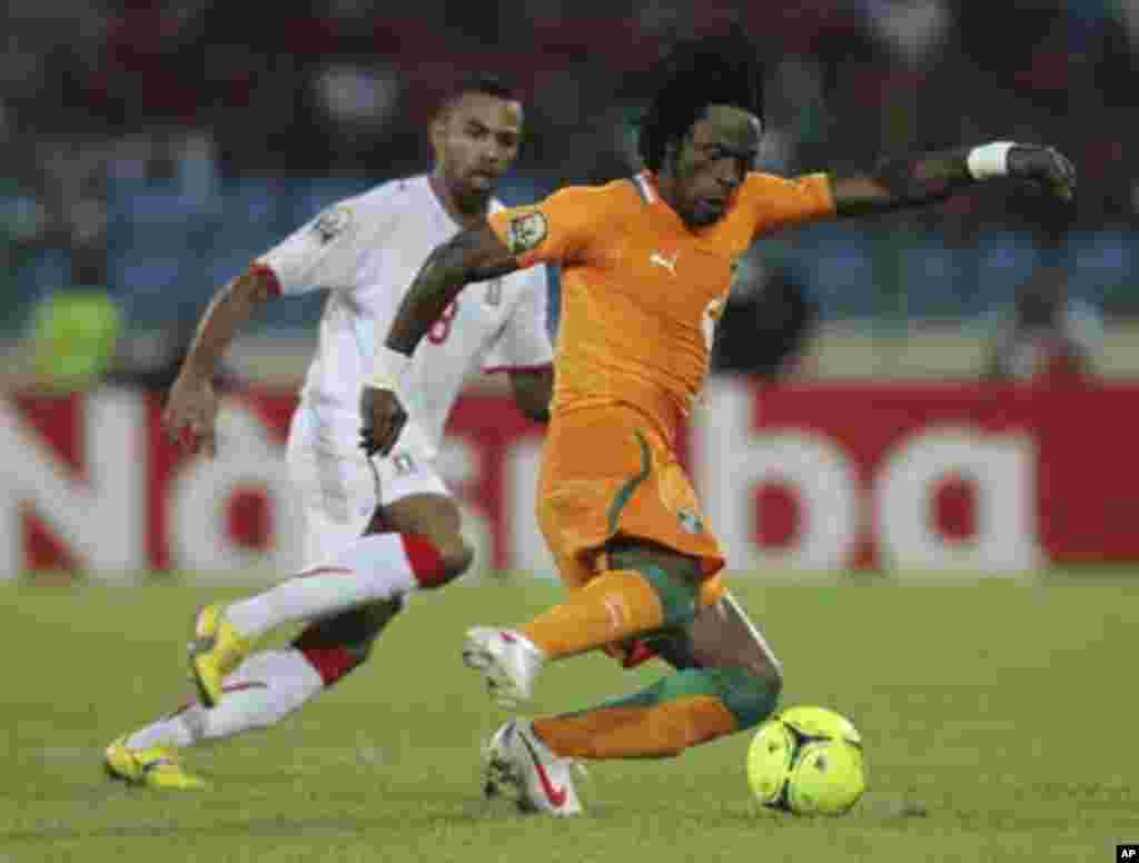 Jean-Jacques Gosso Gosso of Ivory Coast (R) fights for the ball with Iban Iyanga of Equatorial Guinea during their match at the African Nations Cup soccer tournament in Malabo February 4, 2012.