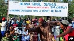 Mkusanyiko wa watu ukiangalia wacheza muziki kwenye mkutano wa upinzani nchini Senegal