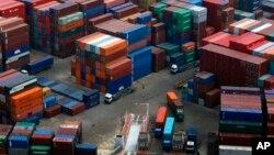 Truk-truk mengangkut kontainer produk yang siap diekspor di pelabuhan Dalian, China (foto: ilustrasi). Ekonomi China belum pulih dari kesulitan setelah pertumbuhannya mengalami pelambatan.