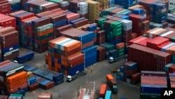 Barang-barang produksi China siap diekspor di pelabuhan Dalian, China (foto: dok). Ekonomi China menunjukkan tanda pulih sejak krisis global tahun 2008.