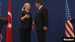 克林顿国务卿和土耳其外长达武特奥卢在伊斯坦布尔记者会后会谈