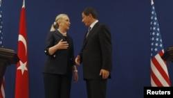 Ngoại trưởng Mỹ Hillary Clinton và Ngoại trưởng Thổ Nhĩ Kỳ Ahmet Davutoglu trao đổi sau một cuộc họp báo ở Istanbul, Thổ Nhĩ Kỳ, ngày 11/8/2012.