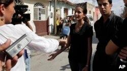 Rosa María Paya, junto a su hermano Oswaldo, conversa con los periodistas en Cuba.