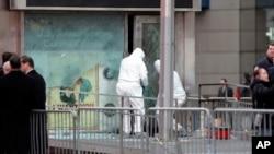 2008年3月6日,紐約警察局的拆彈小組在檢查時報廣場爆炸造成的破壞。納吉據稱對這次襲擊表示支持 (資料圖片)