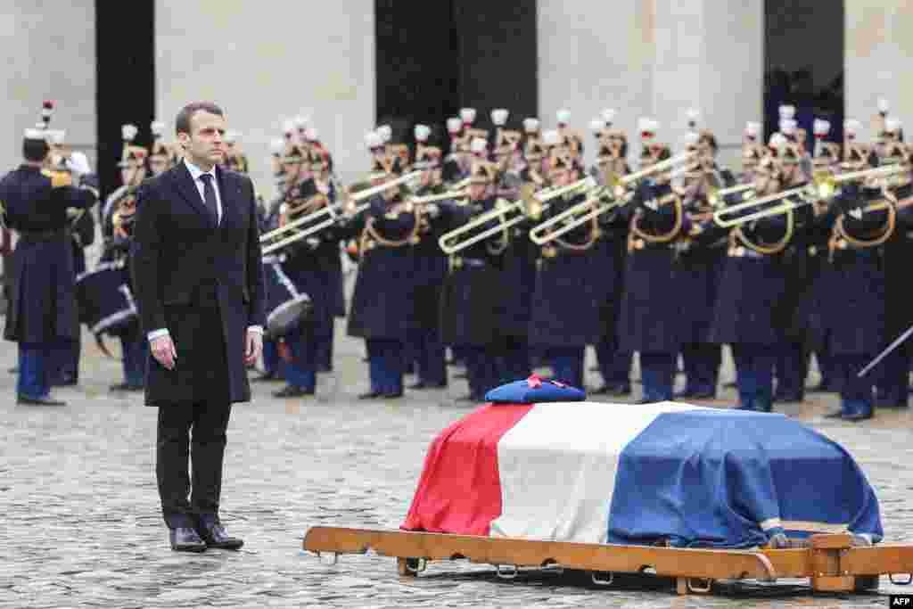 ادای احترام امانوئل ماکرون، رئیس جمهوری فرانسه به پیکر افسری که به دست یک تروریست اسلامگرا کشته شد و از او به عنوان قهرمان ملی تقدیر کرد.