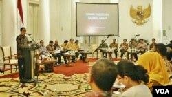 Presiden Joko Widodo memimpin sidang kabinet paripurna di Istana Bogor, Jawa Barat hari Senin, 23 November 2015 (VOA/Andylala)