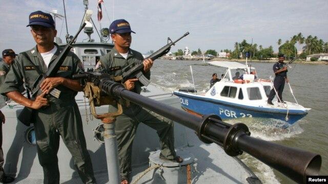 Ảnh minh hoạ: Cảnh sát biển Thái Lan (trái) trong cuộc tuần tra chung với cảnh sát Malaysia.