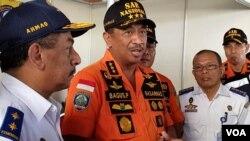 Kepala Basarnas Marsekal Madya TNI Bagus Purhito memberikan keterangan pers terkait terbakarnya KM Santika Nusantara, di Surabaya Minggu 25/8. (foto:VOA/Petrus Riski).