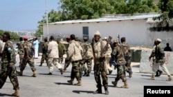 29일 소말리아 모가디슈 대통령궁에서 자살폭탄 테러가 발생한 가운데, 입구를 지키는 군인들.