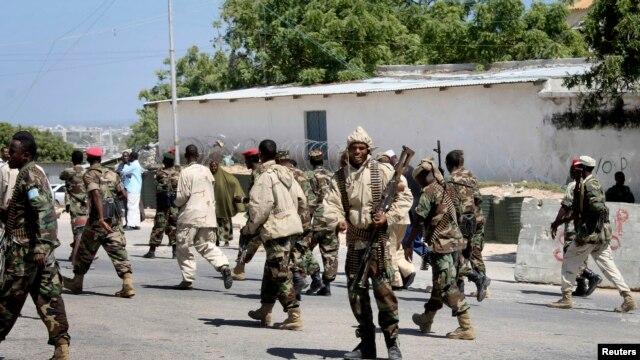 Binh sĩ Somalia tuần tra cổng trước dinh tổng thống sau vụ đánh bom tự sát ở Mogadishu, ngày 29/1/2013.