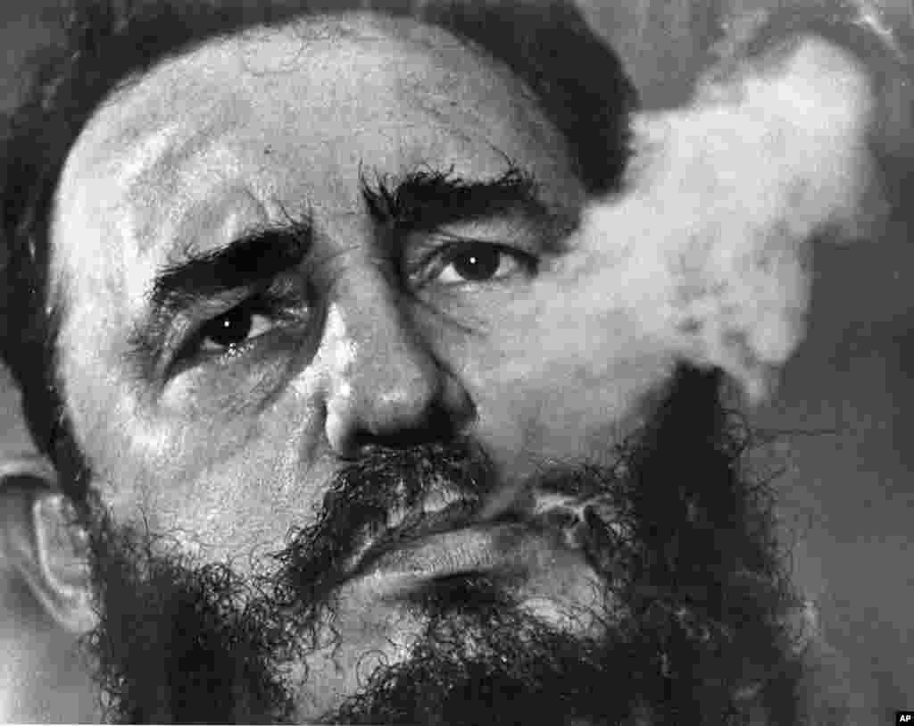 Premye-minis Kiben Fidel Castro ap pouse lafimen siga pandan yon entèvyou nan palè prezidansyèl li nan La Avàn, Kiba, Mas 1985. Castro, yon avoka nan La Avàn ki te goumen pou pòv yo, ranvèse gouvènman diktatè Fulgencio Batista 1er Janvye 1959.