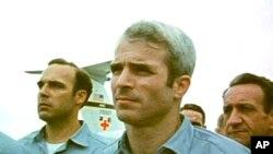 Tư liệu: Ảnh từ video của hãng tin AP, chụp ông John McCain thời còn là tù binh chiến tranh ở Việt Nam, đứng cùng các tù binh chiến tranh khác khi được chính quyền miển Bắc trả tự do ở Hà N\ội ngày 14/3/1973. Ảnh tư liệu tìm thấy trong văn khố đài truyền hình SVT/Thụy Điển.