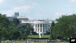 관광객으로 붐비는 미국 수도 워싱턴의 백악관 앞 풍경.