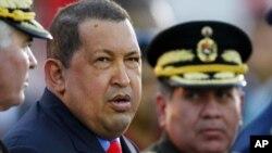 Venezuelan President Hugo Chavez (L) in Caracas (file - January 17, 2012).